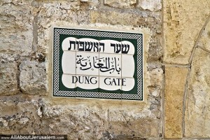 dung_gate_sign